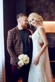 爱、柔软、从一而终和关心在每种接触 愉快的夫妇 夫妇在婚姻以后拥抱并且亲吻了 新娘和 库存照片