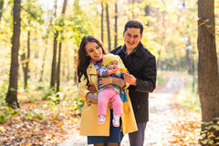 爱、父母身分、家庭、季节和人概念-微笑的加上婴孩在秋天停放 图库摄影