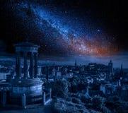 爱丁堡在与银河的晚上,苏格兰 免版税库存照片