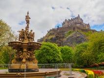 爱丁堡城堡和从王子街庭院看见的罗斯喷泉在一明亮的好日子 库存照片