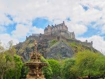 爱丁堡城堡和从王子街庭院看见的罗斯喷泉在一明亮的好日子 免版税库存图片