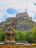 爱丁堡城堡和从王子街庭院看见的罗斯喷泉在一明亮的好日子 库存图片