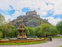 爱丁堡城堡和从王子街庭院看见的罗斯喷泉在一明亮的好日子 免版税库存照片