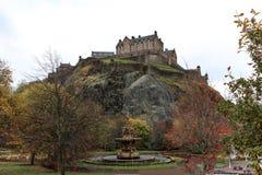 爱丁堡城堡和喷泉从Street Garden王子 库存图片