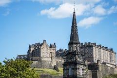 爱丁堡市历史的Castle Rock晴天高耸 库存照片