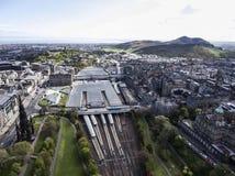 爱丁堡市历史的Waverley火车站路轨方式晴天空中射击2 库存图片