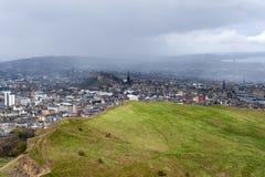 爱丁堡市看法从Arthur's位子的,高峰在爱丁堡Holyrood公园,苏格兰,英国位于 库存照片