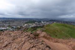 爱丁堡市看法从Arthur's位子的,高峰在爱丁堡Holyrood公园,苏格兰,英国位于 库存图片