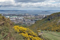 爱丁堡看法往北海的从Arthur's位子,高峰在Holyrood公园的,苏格兰,英国爱丁堡 免版税库存图片