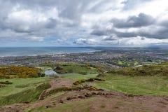 爱丁堡看法往北海的从Arthur's位子,高峰在Holyrood公园的,苏格兰,英国爱丁堡 库存照片