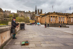 爱丁堡街道吹风笛者 库存照片