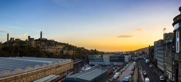 爱丁堡都市风景和地平线如被看见从北部桥梁在期间 库存照片