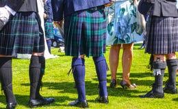 爱丁堡,穿传统苏格兰苏格兰男用短裙的人们 免版税库存图片