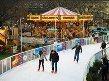 """爱丁堡,苏格兰,英国†""""2014年12月08日-享受滑冰在爱丁堡圣诞节市场期间的人们 免版税图库摄影"""