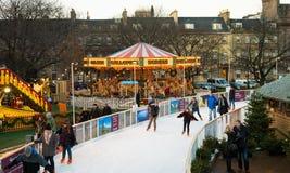 """爱丁堡,苏格兰,英国†""""2014年12月08日-享受滑冰在爱丁堡圣诞节市场期间的人们 免版税库存照片"""
