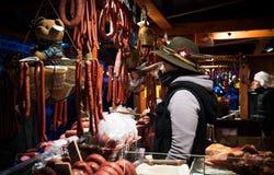 """爱丁堡,苏格兰,英国†""""2014年12月08日-年轻女性德国食物摊位所有者在爱丁堡德国圣诞节市场上 免版税图库摄影"""