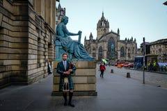 爱丁堡,苏格兰- 2017年4月27日:有使用在皇家的传统苏格兰高地居民长袍的风笛球员 图库摄影