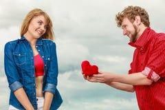 爱上室外红色的心脏的夫妇 免版税库存图片