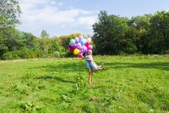 爱上气球的微笑的夫妇本质上 免版税库存照片