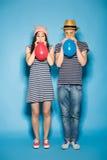 爱上球的滑稽的夫妇演播室 免版税库存照片