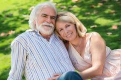 爱上男人和妇女拥抱的高级人 免版税库存照片