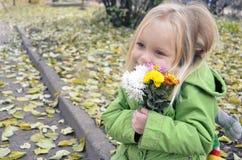 爱上秋天的愉快的女孩 免版税图库摄影