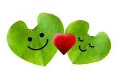 爱上红色心脏的逗人喜爱的夫妇,隔绝与裁减路线 库存图片
