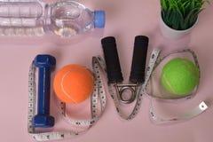 爱与哑铃和水瓶的健身概念 锻炼启发 库存照片
