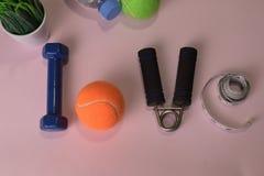 爱与哑铃和水瓶的健身概念 锻炼启发 免版税库存照片