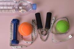 爱与哑铃和水瓶的健身概念 锻炼启发 图库摄影