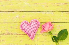 爱与心脏和一朵玫瑰色花的背景 库存图片