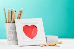 爱与照片框架、铅笔和红色心脏的概念 水平 库存照片