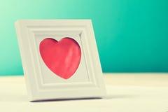 爱与照片框架和红色心脏的概念 水平与警察 免版税库存图片