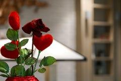 爱与耷拉红色玫瑰的红色心脏在罐,华伦泰概念 免版税图库摄影