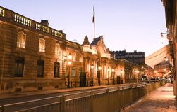 爱丽舍宫的入口门看法从云香du Faubourg圣徒Honore的在晚上 爱丽舍宫-官员 免版税图库摄影
