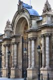 爱丽舍宫的入口门 免版税库存照片