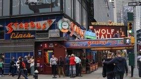 爱伦的星尘号吃饭的客人在时代广场,纽约 免版税库存图片