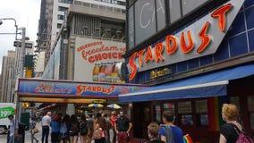 爱伦的星尘号吃饭的客人在时代广场,纽约 免版税图库摄影