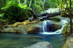 爱侣湾瀑布在森林里在北碧 免版税库存照片