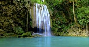 爱侣湾瀑布,五颜六色的花北碧,泰国 免版税库存照片