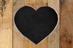爱华伦泰心脏木制框架黑色粉笔板背景 免版税图库摄影