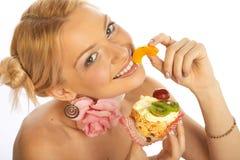 爱吃甜品的胃口妇女 免版税库存照片