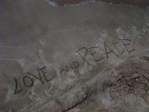 爱和和平文本喀帕苏斯岛令人惊讶的希腊海岛游览所有在背景附近贴墙纸小字 免版税库存照片
