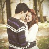爱和喜爱在一对年轻夫妇之间 免版税图库摄影