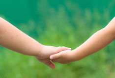 爱和团结在兄弟和姐妹之间。 免版税库存照片