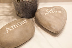 爱和大气浪漫小卵石石头在温泉旅馆里 图库摄影