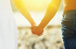 爱和家庭的概念。恋人、男人和妇女的手我 免版税库存图片