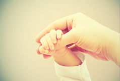 爱和家庭的概念。母亲和婴孩的手 库存图片