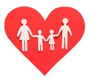 爱和家庭观念。纸家庭在被隔绝的红色心脏 免版税图库摄影