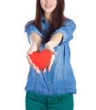 爱和情人节美丽的浅黑肤色的男人在手上的拿着红色心脏隔绝在白色背景 图库摄影